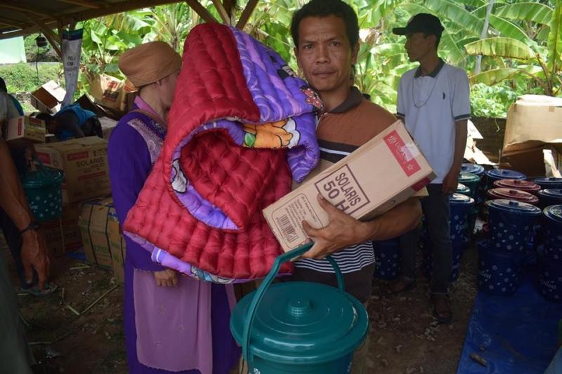 Distribusi bantuan di Desa Kunjir