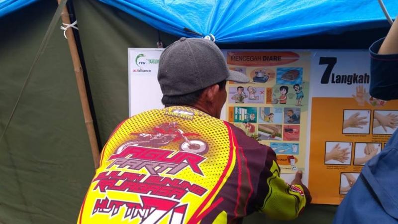 Papan informasi dengan poster terkait kebersihan diri.